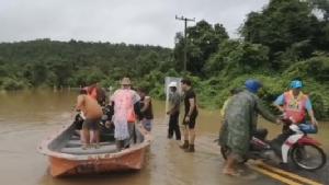 มุกดาหารน้ำป่าไหลหลากหลายพื้นที่ ถนนท่วมหลายสายใช้เรือท้องแบนสัญจรแทนรถ