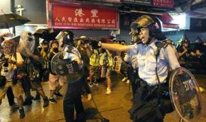 ตำรวจเล็งปืนไปที่ผู้ประท้วงระหว่างการประท้วงในวันที่ 25 ส.ค. (ภาพ เซาท์ ไชน่า มอร์นิ่ง โพสต์)
