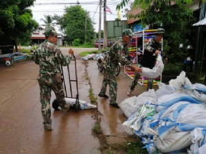 เจ้าหน้าที่ลงพื้นที่ตรวจสอบให้การช่วยเหลือฟื้นฟู ซ่อมแซมบ้านเรือน จุดน้ำท่วม