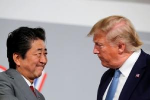 ประธานาธิบดี โดนัลด์ ทรัมป์ แห่งสหรัฐฯ และนายกรัฐมนตรี ชินโซ อาเบะ แห่งญี่ปุ่น เปิดการหารือคู่ขนานแบบทวิภาคีระหว่างการประชุมซัมมิตกลุ่มประเทศอุตสาหกรรมชั้นนำ G7 ณ เมืองเบียร์ริตซ์ ประเทศฝรั่งเศส เมื่อวันที่ 25 ส.ค.