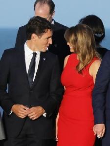 """In Pics :ตะลึงภาพจุมพิตดูดดื่ม""""เมลาเนีย ทรัมป์"""" กับผู้นำแคนาดาระหว่างแชะภาพประชุม G7"""