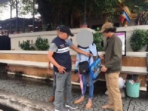จับหนุ่มลาวเร่ขายลอตเตอรี่อาชีพสงวนคนไทย  เจ้าตัวเผยมีรายได้หมื่นบาท/เดือน