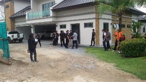 เจ้าหน้าที่ควบคุมตัวนายโจฮันเนส ที่บ้านพักใน จ.ชลบุรี เมื่อวันที่ 23 กรกฎาคม 2557 (ภาพจากแฟ้ม)
