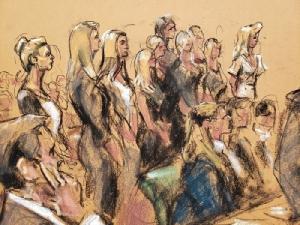 ภาพสเกตช์ภายในห้องพิจารณาคดีที่ศาลสหรัฐฯในนครนิวยอร์ก วันอังคาร (27 ส.ค.) ขณะบรรดาเหยื่อยืนรอเพื่อขึ้นให้ปากคำ ระหว่างการพิจารณาคดีที่ เจฟฟรีย์ เอ็พสตีน ตกเป็นจำเลย ทั้งนี้ เอ็พสตีนเสียชีวิตภายในเรือนจำเมื่อต้นเดือนนี้ โดยผลการชันสูตรพลิกศพระบุว่าเป็นการฆ่าตัวตาย