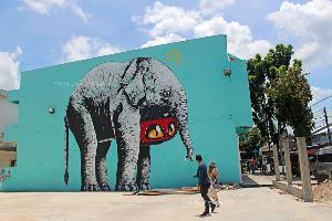 ถ่ายรูปกับช้างตัวใหญ่ สตรีทอาร์ตเมืองยะลา