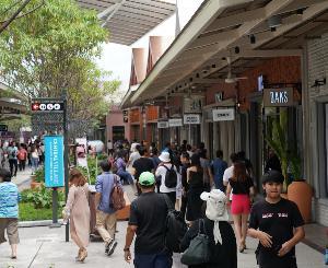 เปิดวันแรกคึกคัก 'เซ็นทรัล วิลเลจ'  ลักชูรี่ เอาท์เล็ตแห่งแรกของไทย  ลูกค้ารอเปิดประตูแน่นกว่า 2,000 คน
