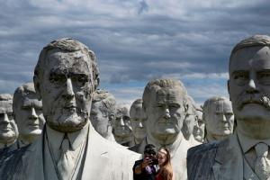 คู่รักถ่ายเซลฟี่หน้ารูปปั้นครึ่งตัวของบรรดาอดีตประธานาธิบดีสหรัฐฯในเมืองวิลเลียมเบิร์ก รัฐเวอร์จิเนีย เมื่อวันที่ 25 ส.ค.