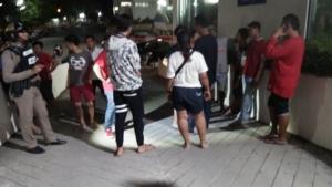 เจ็บกันไปวัยรุ่นเลือดร้อน 2 กลุ่มยกพวกตะลุมบอนกันหน้าร้านอาหารเมืองอ่างทอง