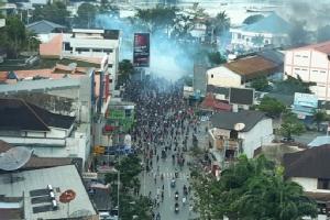 ภาพเหตุการณ์ปะทะซึ่งเกิดขึ้นระหว่างการชุมนุมประท้วงที่เมืองชัยปุระ (Jayapura) จังหวัดปาปัวของอินโดนีเซีย เมื่อวันที่ 29 ส.ค.