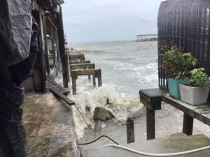 """ทต.หาดเล็ก เร่งช่วยเหลือชาวบ้านริมทะเลถูกคลื่นซัดบ้านพังจากอิทธิพล """"โพดุล"""""""