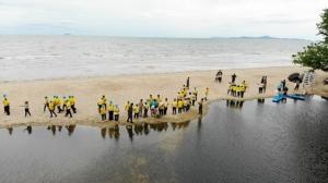 นอภ.สัตหีบ นำผู้นำชุมชนโยน EM Ball กู้วิกฤตน้ำเน่าคลองน้ำเมา หาดนาจอมเทียน