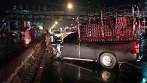 ถนนลื่นกระบะเสียหลักหมุนชนแท็กซี่ก่อนฟาดแท่งแบริเออร์ บาดเจ็บหลายราย