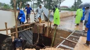 อบต.ร่วมชาวบ้านเร่งซ่อมคอสะพานขาดที่ครูปีนข้ามไปสอนนักเรียน
