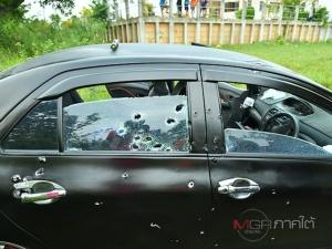 ถล่มยับ! คนร้ายกราดยิงรถเก๋งพรุน 46 นัด คนขับเสียชีวิตคาพวงมาลัย หนีตายไปได้ 2 คน