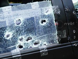ตร.เช็กวงจรปิดพบกระบะสีเขียวต้องสงสัยขับไล่ประกบรถเก๋งก่อนถูกถล่มยิงจนพรุน