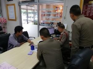 (ชมคลิป) สุดแสบทอมไทยหลอกโอนเงินหนุ่มเขมรเข้าบัญชีตนเอง หลังทำใจดีช่วยกดเงินจากตู้เอทีเอ็มให้