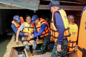 ลำโดมใหญ่ทะลักท่วมสูงเกือบ2เมตร  ทหารเร่งนำเรือย้ายผู้พิการสู่ที่ปลอดภัย