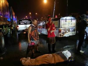 กระบะฝ่าฝนหมุนชนรถพ่วงจอดข้างทางแม่สอดเป็นแถวยาว ดับคาซาก 1 เจ็บ 1