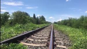 อันตรายมาก! หัวขโมยถอดนอตยึดรางรถไฟข้ามลำห้วย หายไปกว่า 40 ตัว