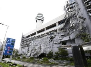 นั่งร้านของอาคารจอดรถสนามบินฮาเนดะถึงกับพังครืน อันเป็นผลจากไต้ฝุ่นฟ้าใส (ภาพเอพี)