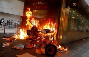 ไฟไหม้บริเวณทางเข้าสถานีรถไฟใต้ดิน MTR เซนทรัล ระหว่างเหตุปะทะฯในวันอาทิตย์(8 ก.ย.) (ภาพ รอยเตอร์ส)