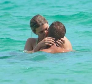 """""""บูชาร์ด"""" เปิดตัวแฟนหนุ่ม ด้วยฉากเลิฟซีนดูดดื่มกลางทะเล"""