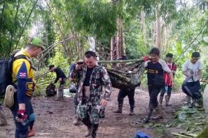 (ชมคลิป)เจ้าหน้าที่รวมพลังเดินเท้าลุยโคลน แบกร่างน้องวัย 12 ปี กลางป่าทุ่งใหญ่ฯ ส่ง รพ.หลังเป็นไข้มาลาเรีย
