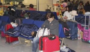 """""""ไต้ฝุ่นฟ้าใส"""" ทำผู้โดยสาร 17,000 คนติดค้างข้ามคืนที่สนามบินนาริตะ"""