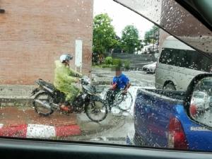 ไร้จิตสำนึก! เผยภาพ ชายนั่งบนวีลแชร์กลางสายฝน หลบทางให้ จยย. ขี่บนฟุตปาธ