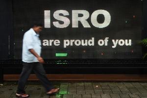 ข้อความแสดงความภาคภูมิใจขององค์การวิจัยอวกาศอินเดีย (Indranil MUKHERJEE / AFP)
