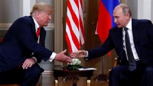 <i>ประธานาธิบดีโดนัลด์ ทรัมป์ ของสหรัฐฯ กับประธานาธิบดีวลาดิมีร์ ปูติน ของรัสเซีย จับมือกันขณะพบปะหารือที่กรุงเฮลซิงกิ ประเทศฟินแลนด์ ในปี 2018  ทั้งนี้ในการประชุมซัมมิตคราวนี้ มีอยู่ช่วงหนึ่งที่ผู้นำทั้งสองพบปะกันตามลำพัง โดยที่มีเฉพาะล่ามของแต่ละฝ่ายเข้าร่วม </i>