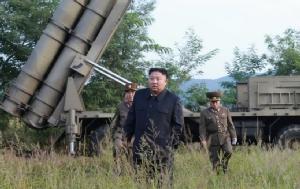 โสมแดงแพร่ภาพ 'ผู้นำคิม' คุมทดสอบ 'จรวดหลายลำกล้อง' ขนาดยักษ์