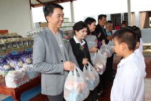 เอนก  พนาอภิชน และทีมงานอินทัช มอบสิ่งของจำเป็นเร่งด่วนในเบื้องต้น เช่น ข้าวสาร อาหารแห้ง น้ำดื่ม และนมกล่อง ให้แก่นักเรียนและครอบครัวทั้งสองโรงเรียน