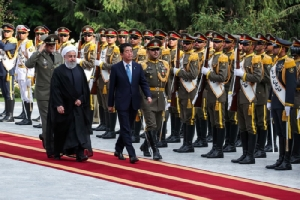 ประธานาธิบดีฮัสซัน โรฮานีแห่งอิหร่าน (ซ้าย) นายกรัฐมนตรีชินโซ อาเบะแห่งญี่ปุ่น (ขวา) พิธีต้อนรับที่กรุงเตหะราน (12 มิถุนายน 2562), รอยเตอร์ส