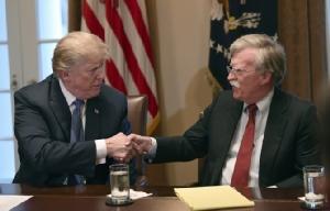 (ภาพจากแฟ้มถ่ายเมื่อ 9 เม.ย. 2018) ประธานาธิบดีโดนัลด์ ทรัมป์ จับมือกับ จอห์น โบลตัน ที่ปรึกษาฝ่ายความมั่นคงแห่งชาติ ในตอนเริ่มต้นการประชุมนัดหนึ่งที่ทำเนียบขาว  กรุงวอชิงตัน  ทั้งนี้ทรัมป์ทวิตวันอังคาร (10 ก.ย.) ว่าได้ปลดโบลตันออกจากตำแหน่งแล้ว