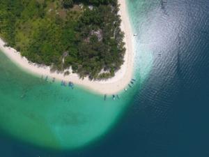 เกาะปอดะ ตั้งอยู่ในอุทยานแห่งชาติหาดนพรัตน์ธารา – หมู่เกาะพีพี ต.อ่าวนาง อ.เมือง จ.กระบี่