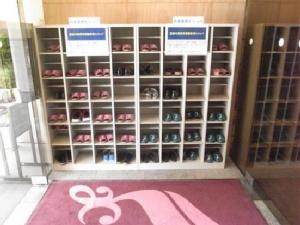 ชั้นวางสลิปเปอร์สำหรับใส่เดินในอาคาร  ภาพจาก http://www.aek.jp/