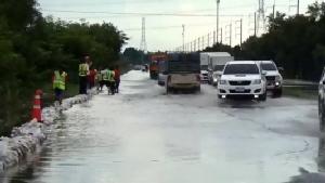 น้ำท่วมอุบลฯ ลดช้าๆ ทางหลวงเสริมกระสอบรับน้ำชีไหลท่วมถนนเชื่อมอำเภอ ส่วนแม่น้ำมูลทรงตัวและลดลง