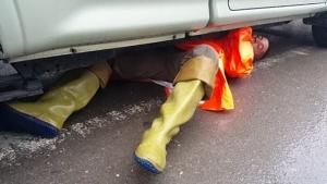 """ชื่นชม """"ด.ต.สุนันท์"""" ตำรวจจราจรน้ำดี สภ.หลังสวน เสียสละช่วยลูกแมวติดใต้ท้องรถ"""