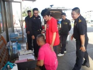 ตำรวจร่วมสรรพสามิตบุกจับน้ำมันเถื่อนกลางเมืองมุกดาหาร ร่วมหมื่นลิตร