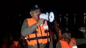 ชาวบ้านร้องห้องส้วมไม่พอ! ด้าน จนท.ลงเรือลาดตระเวนป้องกันขโมยขึ้นบ้านน้ำท่วม