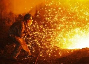คนงานที่โรงงานผลิตเหล็กในตงเป่ย เมืองต้าเหลียน มณฑลเหลียวหนิง (แฟ้มภาพรอยเตอร์ส)