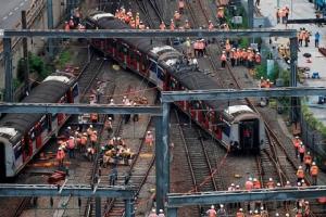 เจ้าหน้าที่หน่วยฉุกเฉินมายังที่เกิดเหตุรถไฟตกรางใกล้สถานี Hung Hom  สาย MTR East Rail Line เหตุรถไฟตกรางเกิดขณะที่รถไฟกำลังมุ่งสู่เขตมงก๊อกตะวันออกของเกาะฮ่องกงในวันที่ 17 ก.ย. 2019 (ภาพ รอยเตอร์ส)