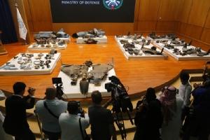 <i>นักข่าวช่างภาพสื่อมวลชน ถ่ายภาพเศษซากโดรนและขีปนาวุธร่อน ที่กระทรวงกลาโหมซาอุดีอาระเบียนำมาจัดแสดงและเปิดแถลงข่าวในวันพุธ(18ก.ย.) โดยdกระทรวงระบุว่าเป็นหลักฐานการรุกรานของอิหร่าน