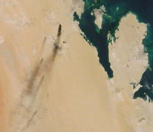 <i>ภาพถ่ายจากดาวเทียมเมื่อวันเสาร์ (14 ก.ย.) ซึ่งเผยแพร่โดย นาซา เวิลด์วิว (NASA Worldview) แสดงให้เห็นไฟที่ลุกไหม้ ภายหลังโรงงานสิ่งปลูกสร้างด้านน้ำมัน 2 แห่งทางภาคตะวันออกของรัฐวิสาหกิจน้ำมัน ซาอุดี อารามโค ของซาอุดีอาระเบีย ถูกโจมตี  ทั้งนี้เกาะที่เห็นในภาพคือบาห์เรน  ส่วนดินแดนที่มีลักษณะเป็นแหลมยื่นออกไปในทะเล คือ กาตาร์</i>