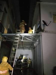ไฟไหม้แบงก์กรุงไทยสาขากลางเมืองแม่สอด จนท.ต้องงัดประตูเหล็กดับกันวุ่น