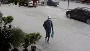 เผยภาพโจรบุกเดี่ยวใช้ปืนจี้ ส่งกระดาษเขียนข้อความขู่ชิงทอง 13 บาทหนีลอยนวล