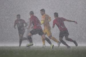 ฝนตกลงมาอย่างหนัก ต้องหยุดการแข่งขันชั่วคราว