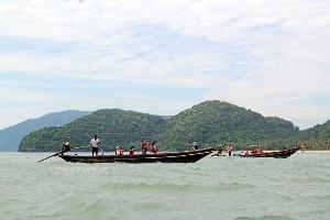 นักท่องเที่ยวออกเรือรอดูโลมาสีชมพู