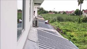 โวยโครงการดังบ้านไม่ได้มาตรฐานถูกพายุฝนหลังคาเปิดเกือบทั้งโครงการ